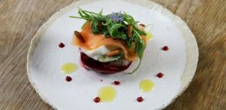 Millefeuille de betteraves rouge et blanche, saumon fumé et mozzarella,